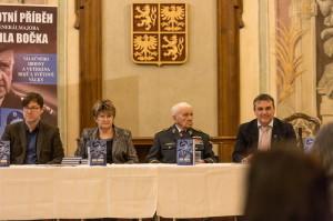 Zleva: autor knihy Jiří Plachý, Ludmila Formánková, tajemnice RAF klubu Emila Bočka v Brně, generál Emil Boček a primátor Brna Petr Vokřál