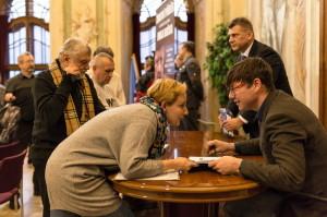 Jiří Plachý podepisuje svoji knihu