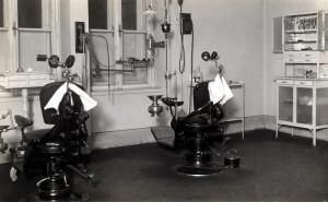 Ilustrace úrovně zdravotní péče v čs. branné moci. Zde zubní ambulatorium Vojenské akademie v Hranicích (přelom 20. a 30. let). FOTO: archiv K. Straky