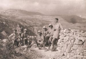 Československá hlídka při tažení v Sýrii v létě 1941 – Josefa Hercza najdeme kvůli jeho výšce snadno, stojí zcela vpravo...