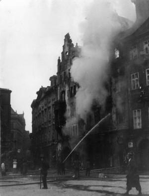 """Domy na jižní straně Staroměstského náměstí, zasažené německou dělostřelbou za povstání v květnu 1945. V domě """"U Kunerlů"""" vpravo sídlilo velitelství Alex."""