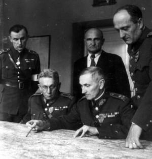 Příslušníci velitelství ALEX v květnu 1945, v době postupu čs. armády do odtrženého pohraničí. Sedící, vlevo generál František Slunečko, vpravo generál Zdeněk Novák. Stojící, odleva: major Theodor Pokorný, nadporučík v záloze Karel Neubert, plukovník generálního štábu Raimund Mrázek.