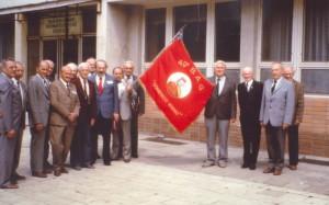 Setkání českých a italských partyzánů pod praporem 49. garibaldiovské brigády v 80. letech, sedmý zleva je Leopold Vrána.
