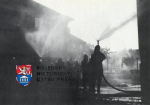 Odchod obyvatel z hořícího domu vodní ulicí