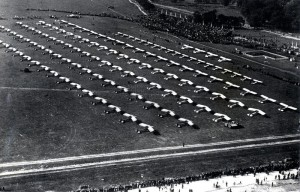 126 polských letadel při slavnostním předvádění na varšavském letišti 29. září 1937