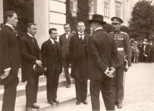 Jaroslav Cabicar (druhý zleva) předává 31. května 1926 v Lánech zdravici sjezdu záložních důstojníků prezidentu republiky Tomáši Garrigue-Masarykovi (Foto VHÚ)