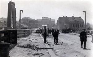 Jižní předpolí Trojského mostu po bojích v květnu 1945. Budovy v pozadí esesáci nikdy nedobyli. (Foto VHA)