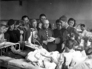 Velitel obrany Trojského mostu štábní kapitán v záloze Jaroslav Cabicar u raněných spolubojovníků v nemocnici na Bulovce v létě 1945 (Foto VHÚ)