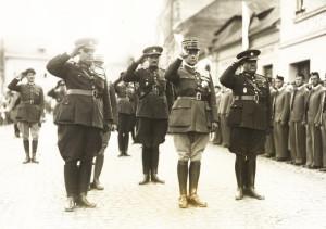 Náčelník Generálního štábu francouzské armády gen. Maurice Gamelin (v první řadě uprostřed) byl nejdůležitějším hostem čs. vlády a vojenského velení v době závěrečných cvičení čs. armády v roce 1934. Doprovázeli jej zleva generální inspektor branné moci gen. Jan Syrový a náčelník Hlavního štábu gen. Ludvík Krejčí (vpravo). FOTO: VÚA‒VHA