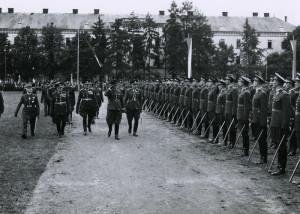 Vyřazení nových poručíků, Vojenská akademie v Hranicích, srpen 1938. Řady nových důstojníků přehlíží František Machník. I těchto slavnostních příležitostí se účastnil pplk.gšt. V. Kropáček. FOTO: VÚA‒VHA