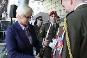 Ministryně obrany s vojáky