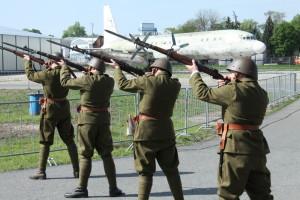Slavnostní salvy k zahájení 50. sezóny Leteckého muzea Kbely