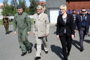 Zleva: velitel 24. základny dopravního letectva plukovník David Klement, ředitel VHÚ plukovník Aleš Knížek a ministryně obrany Karla Šlechtová