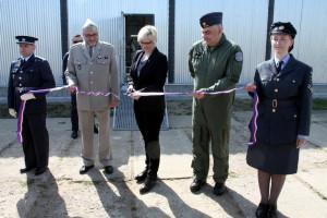 Ředitel VHÚ plukovník Aleš Knížek, ministryně obrany Karla Šlechtová a velitel 24. základny dopravního letectva plukovník David Klement při přestřižení pásky a otevření nového hangáru č. 43