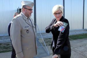 Ministryně obrany s nášivkou VHÚ