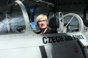 Ministryně obrany v letounu Aero L-29 Delfín