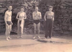 """Ve chvílích odpočinku na pláži """"kdesi v Anglii"""" ve společnosti Karla Mrázka (zcela vlevo) a anglických kamarádek, podzim 1941. Jaške byl tehdy velitelem 313. peruti a Karel Mrázek velel její A-letce."""