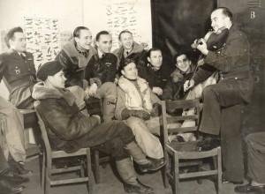 Jaške byl také výborným houslistou. Snímek pochází z letiště RAF v Kenley, červen 1941.