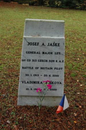 Náhrobní deska Josefa Jaškeho a jeho ženy Vladimíry na hřbitově v Brookwoodu. Foto: Jaroslav Beránek