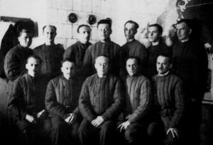 Bohumír Lomský (první řada, druhý zleva) v internačním táboře NKVD v Suzdalu