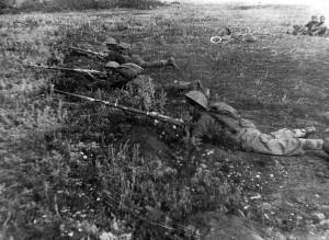 Příslušníci praporu v okolí Buzuluku při střelbě z pušek