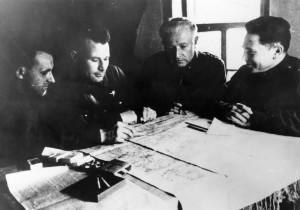 Nad operační mapou s velitelem praporu plukovníkem Ludvíkem Svobodou