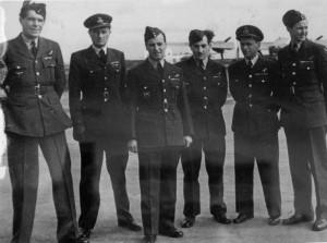 Část osádky, která potopila Alsterufer. Zleva Sgt František Veitl, P/O Oldřich Doležal, F/Sgt Jindřich H. L. Hahn, F/Sgt Ivan O. Schwarz, F/O Zdeněk Hanuš a F/Sgt Marcel Ludikar.