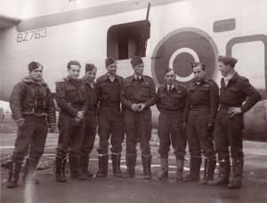 Československá osádka Liberatoru GR.Mk.V BZ796 (H), která potopila Alsterufer. Zleva Sgt Štefan Fonta (palubní střelec), F/Sgt Ivan O. Schwarz (horní střelec), F/Sgt Jindřich H. L. Hahn (radarový operátor),  F/Sgt Marcel Ludikar (radiotelegrafista), P/O Oldřich Doležal (kapitán a první pilot), F/O Zdeněk Hanuš (navigátor a bombometčík), Sgt Robert Procházka (druhý pilot) a W/O Josef Kosek (boční střelec). Na snímku chybí zadní střelec Sgt František Veitl, ale přebývá Sgt Štefan Fonta, jenž se operace proti Alsteruferu nezúčastnil. Z praktických důvodů (vlastní stroj byl v opravě) se letci nechali zvěčnit před Liberatorem GR.Mk.V BZ763 (O), s nímž během vánoční bitvy úspěšně operovala osádka P/O Jana Velly. FOTO: sbírka Jiřího Rajlicha