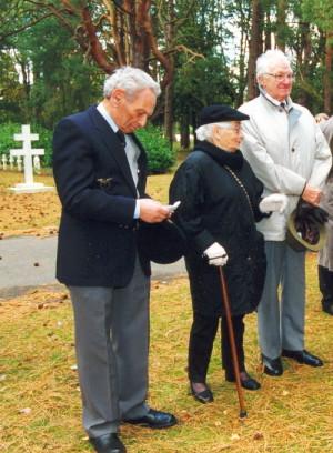 Marcel Ludikar (zcela vpravo) na vojenském hřbitově v Brookwoodu v říjnu 2003. Vlevo tehdejší předseda Svazu letců svobodného Československa v zahraničí František Elston. FOTO: Jaroslav Beránek