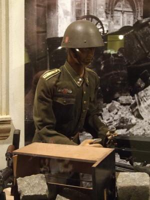 Uniforma vládního vojáka v expozici VHÚ