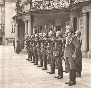 Malé protektorátní vládní vojsko (na snímku stráž na Pražském hradě) mělo dodávat zdání protektorátní autonomie, ale v Itálii, kam bylo odesláno pro svou nespolehlivost, záhy na 800 mužů zběhlo k partyzánům a ostatní museli být odzbrojeni…