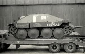 Povstalecký Hezter po opravě ve Kbelích, polovina 70. let, za ním tank T-34