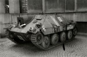 Povstalecký stíhač tanků Hetzer před budovou VHÚ, rok 1946
