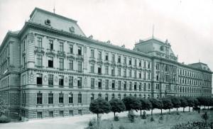 V roce 1926 do budovy Na valech umístila vojenská správa Válečnou školu (od 1934 Vysoká škola válečná), která byla do té doby v kasárnách na Pohořelci.