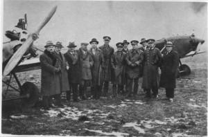 Václav Vlček v prosinci 1927 jako štábní kapitán (na snímku pátý zleva, vedle něj por. Chrastina), když překonal na letounu Avia BH-9 světový rekord ve vytrvalostním letu.