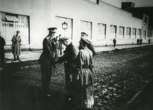 Také spolupráce s vojáky generála Vlasova ve dnech pražského povstání v květnu 1945 přinesla po únoru 1948 plk. Vlčkovi nepřízeň komunistického režimu. Na snímku uprostřed vysoký plk. Vlček podává ruku gen. Buňačenkovi před budovou Waltrovky.