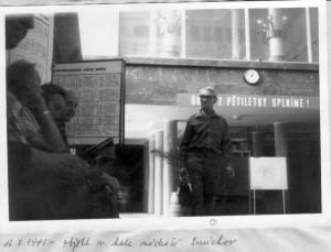 Mluvčí Charty 77 Bedřich Placák v roce 1981 na smíchovském nádraží v Praze během sledování Státní bezpečností na tajně pořízeném snímku.