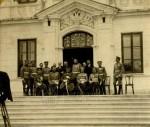 Důstojníci před ministerstvem války v černohorském hlavním městě Cetinje