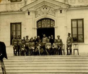 Černohorští a ruští důstojníci a civilní hodnostáři před budovou ministerstva války v Cetinje
