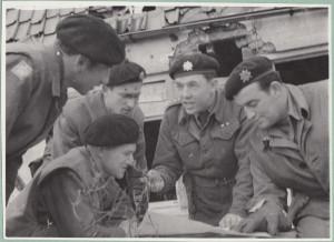 Bernard Šik (druhý zprava) jako velitel 3. roty tankového praporu 2 na frontě u Dunkerku, jaro 1945 Foto: VÚA–VHA Praha