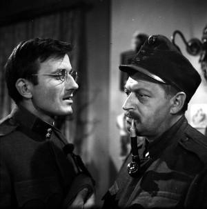 Vpravo vynikající český herec Martin Růžek (na snímku se Stankem Vodičkou v podání Radoslava Brzobohatého) byl nucen sehrát roli popraveného dvaatřicetiletého Vojtěcha Kováře.