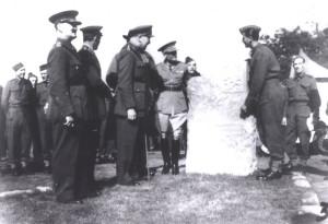 František Bělský (vpravo), tvůrce památníku v Cholmondeley i sochy Winstona Churchilla, u památníku v Cholmondeley po jeho slavnostním odhalení 28. září 1940. FOTO: VHÚ