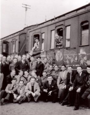 Příjezd dobrovolníků z Anglie do Agde kolem 10. května 1940. Vlak po celé délce pokreslil dobrovolník František Bělský (v zadní řadě, jedenáctý zprava) FOTO: VÚA–VHA