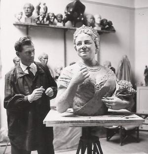 František Bělský ve svém ateliéru s bustou Královny matky v roce 1962. FOTO: archiv autora