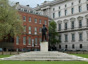 Od roku 1983 stojí na prostranství Horse Guards Parade v Londýně nedaleko Ministerstva zahraničí Bělského socha Lorda Mountbattena, posledního britského vicekrále v Indii. Odhalila ji sama královna Alžběta II. Viceadmirál Louis Mountbatten (1900–1979) např. v roce 1942 naplánoval nájezdy commandos na francouzské přístavy St. Nazaire a Dieppe. V roce 1943 se stal vrchním velitelem spojeneckých sil v jihovýchodní Asii. 12. září 1945 přijal v Singapuru kapitulaci Japonců. FOTO: Jaroslav Beránek
