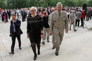 Ministryně obrany Karla Šlechtová a plk. Michal Burian vstupují na výstavu
