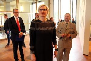 Ministryně obrany Karla Šlechtová při prohlídce výstavy Doteky státnosti, vpravo hlavní autor výstavy plk. Michal Burian