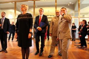 Ministryně obrany Karla Šlechtová při prohlídce výstavy Doteky státnosti