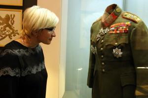 Ministryně obrany Karla Šlechtová  si prohlíží uniformu generála Čečka z první republiky