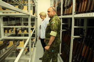 Ministryně obrany Karla Šlechtová při prohlídce depozitářů VHÚ v Lešanech